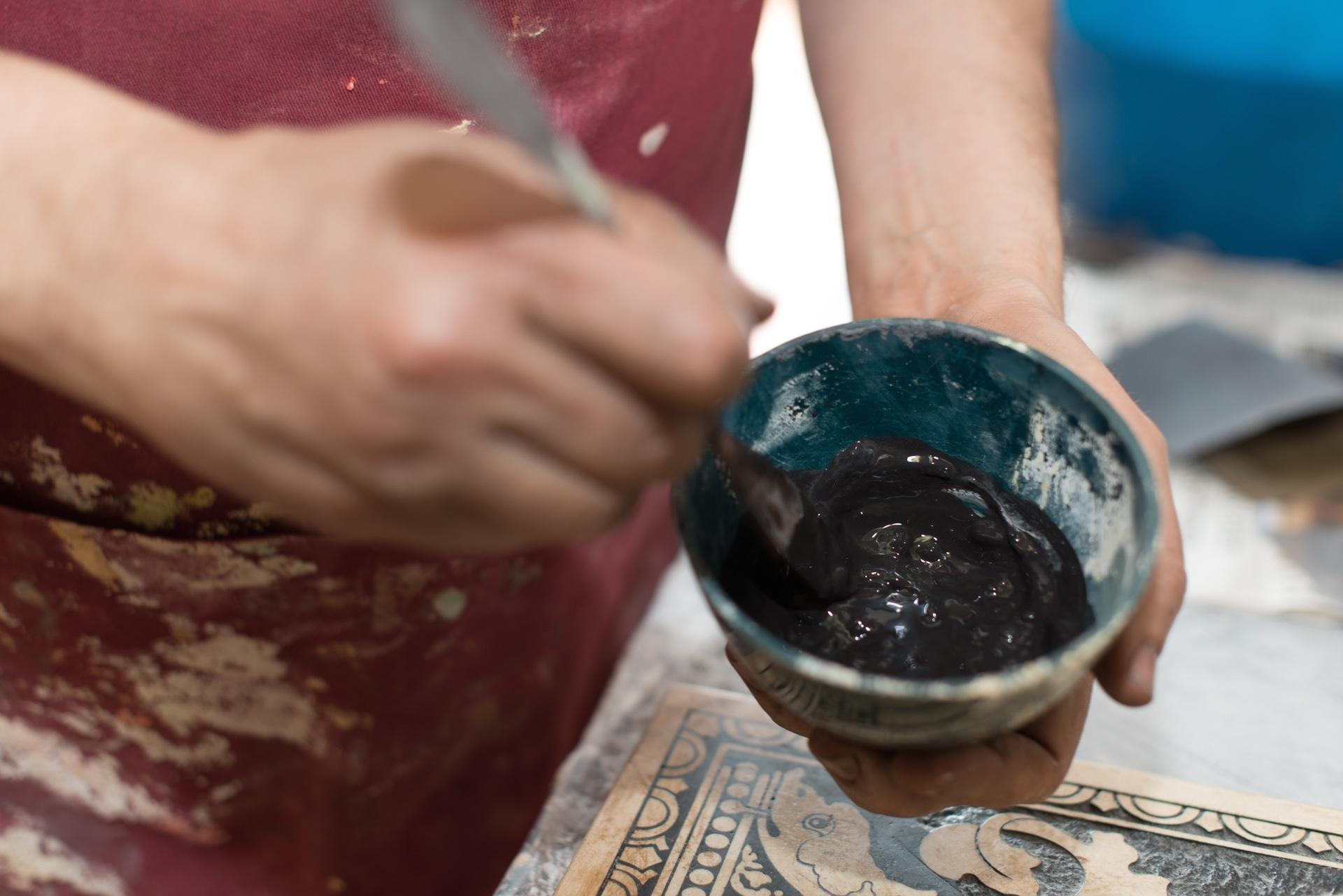 """Preparazione dell'impasto da posare sull'incisione """"progetto artigianto in toscana in collaborazione con thedarlroom firenze e artex"""""""